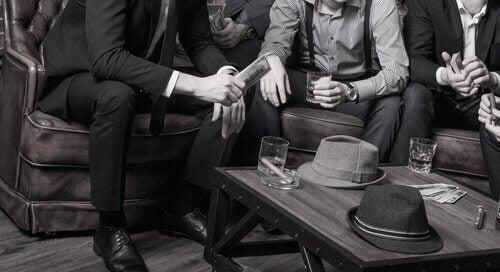Crimine organizzato rappresentato da uomini seduti al tavolino