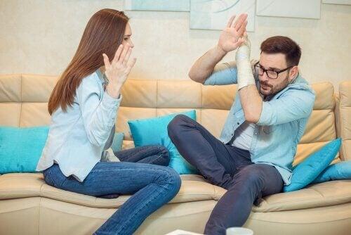 Donna aggredisce fisicamente il partner