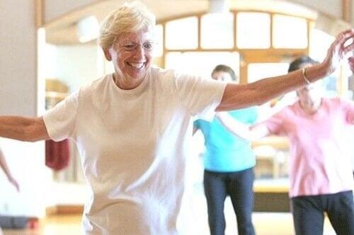 Donna anziana che balla