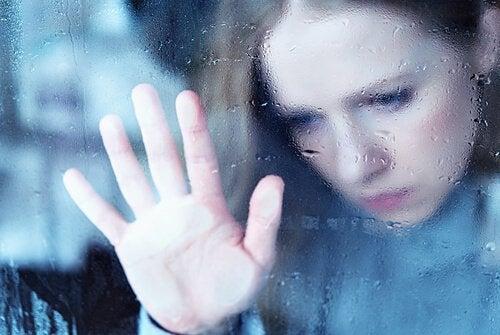 Ragazza con mano sulla finestra
