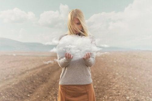 Donna con nuvola tra le mani
