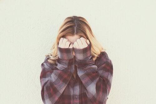 La vergogna, un'emozione che rende invisibili