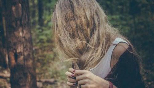 Donna coperta da capelli