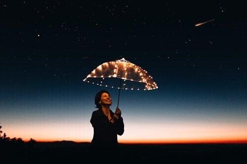 Donna sotto ombrello luminoso