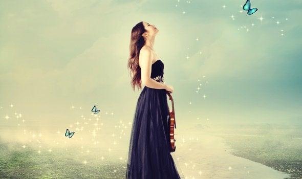 Ragazza con violino e farfalle