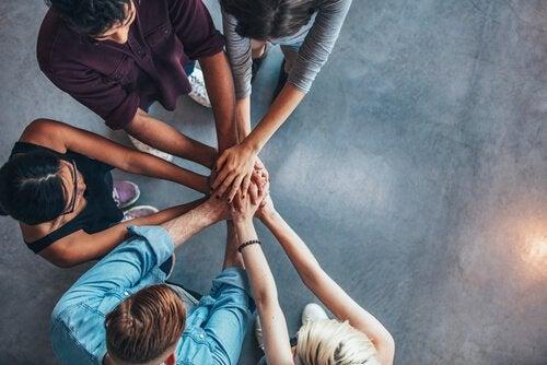 Gruppo di persone con mani unite al centro