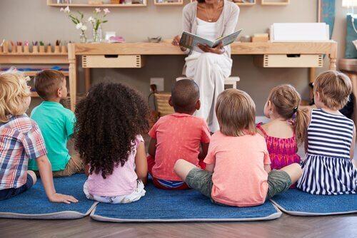Maestra legge libro ai bambini