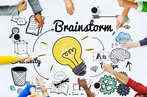 Mani, lampadina e scritta Brainstorm