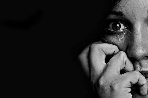 Donna che manifesta paura con l'espressione del viso