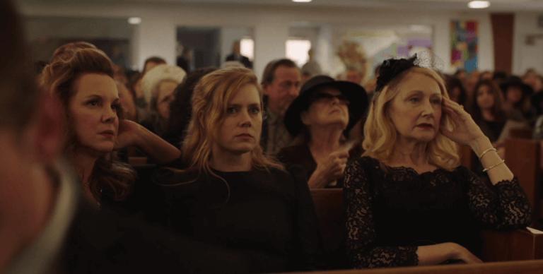 Persone assitono a un funerale
