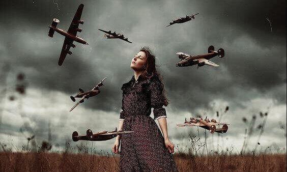 Ragazza circondata da aerei