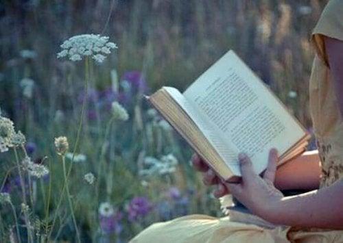 Ragazza che legge un libro per trovare l'ispirazione