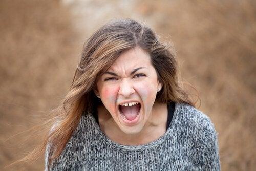 Ragazza urla arrabbiata