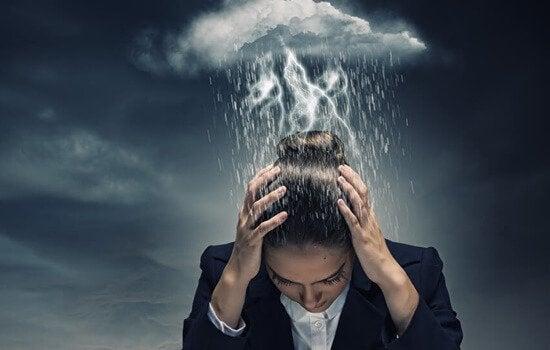 Tempesta su testa di donna pensiero catastrofico