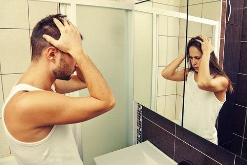 Uomo con disforia di genere si specchia e vede una donna