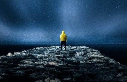 Uomo davanti a orizzonte notturno