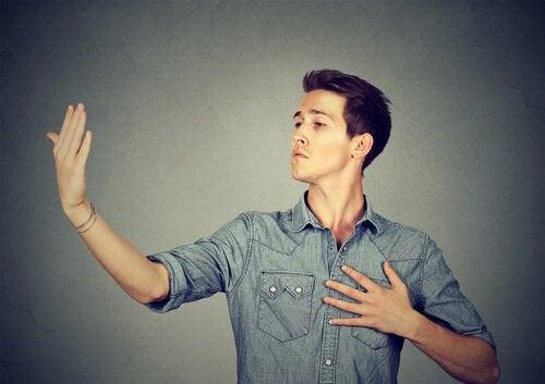 Uomo in atteggiamento narcisista