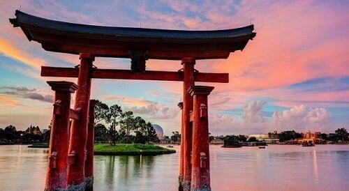 Un arco giapponese nell'acqua simboleggia l'origine della morte