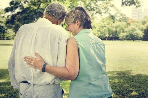Anziani abbracciati