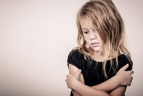 Bambina che vive il lutto infantile.