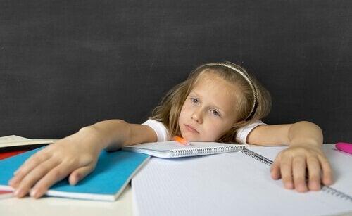 Bambina stressata dai compiti a casa