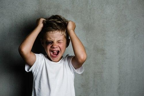 Bambino che si strappa i capelli