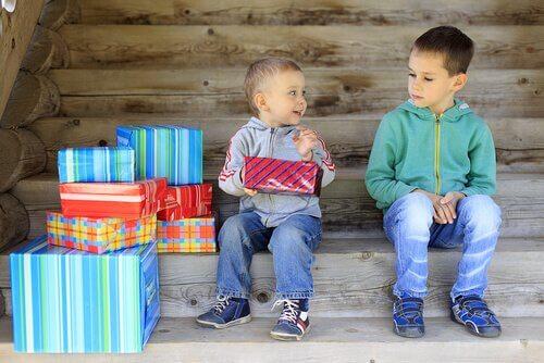 Bambino geloso del fratello