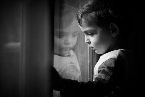 Bambino-si-guarda-allo-specchio