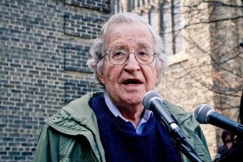 Noam Chomsky: biografia di una mente brillante