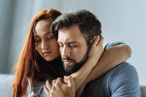 Coppia abbracciato con occhi chiusi