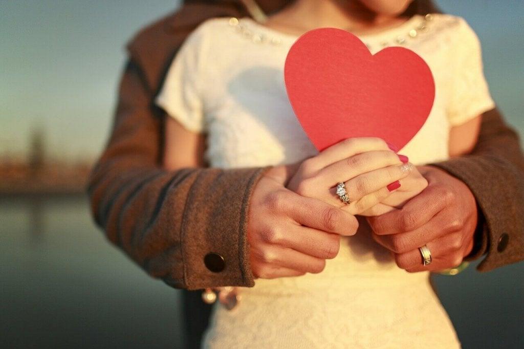 Coppia con cuore in mano