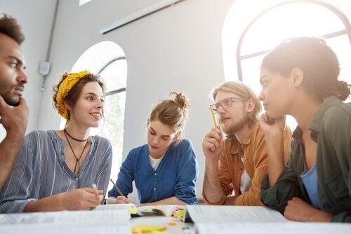 Dibattito tra un gruppo di studenti.