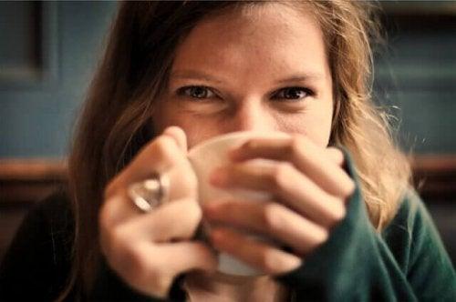 Donna che beve una bevanda calda