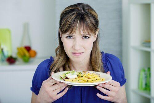 Donna con piatto
