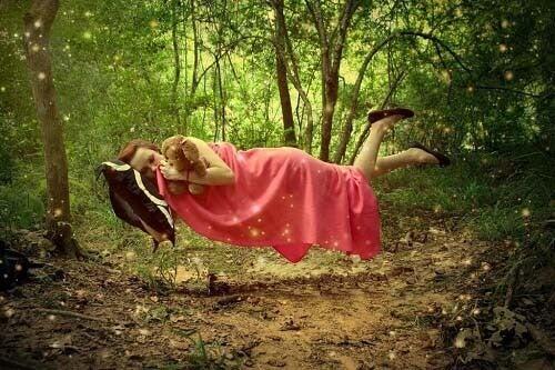 Donna dorme sospesa in aria