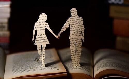 Donna e uomo di carta su libro aperto