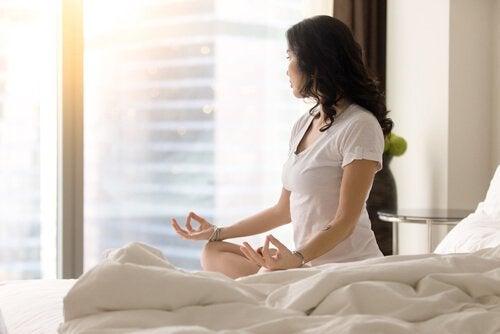 Donna fa yoga per favorire il miracle morning
