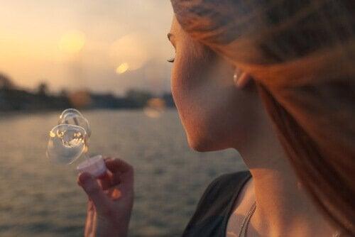 Donna guarda bolla di sapone