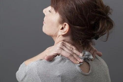 Donna ha dolore al collo.