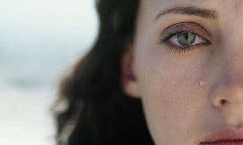Donna con una lacrima sul viso