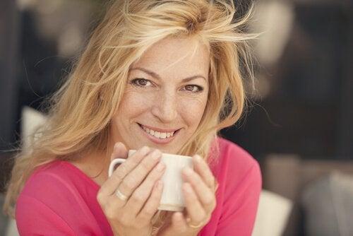Donna di mezza età che beve un caffè