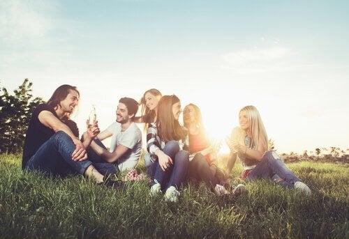 Gruppo di amici seduti sul prato