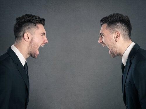 Immagine speculare di uomo che grida