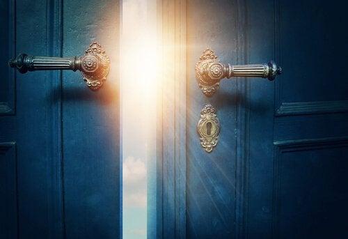 Luce filtra attraverso una porta semiaperta