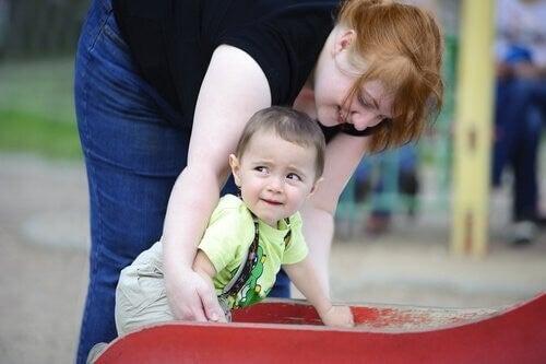 Madre e figlio al parco giochi