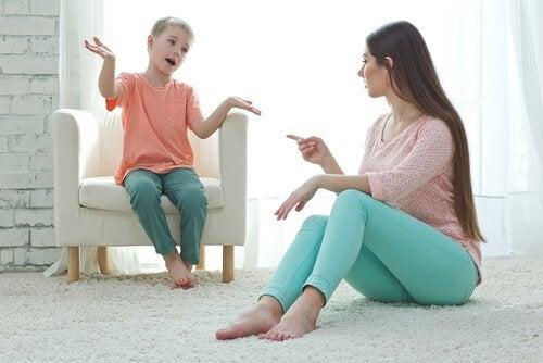 Madre che parla con figlio