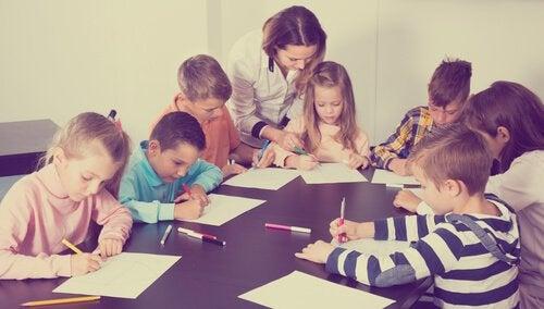 Maestra e alunni durante l'ora di disegno
