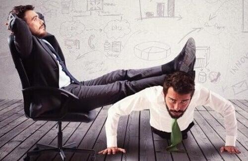 Manager appoggia i piedi su un dipendente