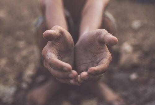 Mani unite per ricevere qualcosa