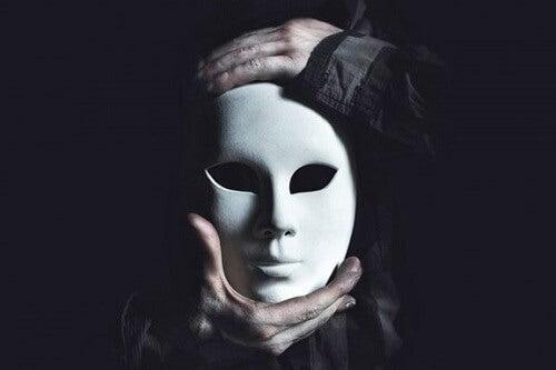 Maschera cattiveria umana